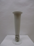 Vase mit handmodellierten Rosen